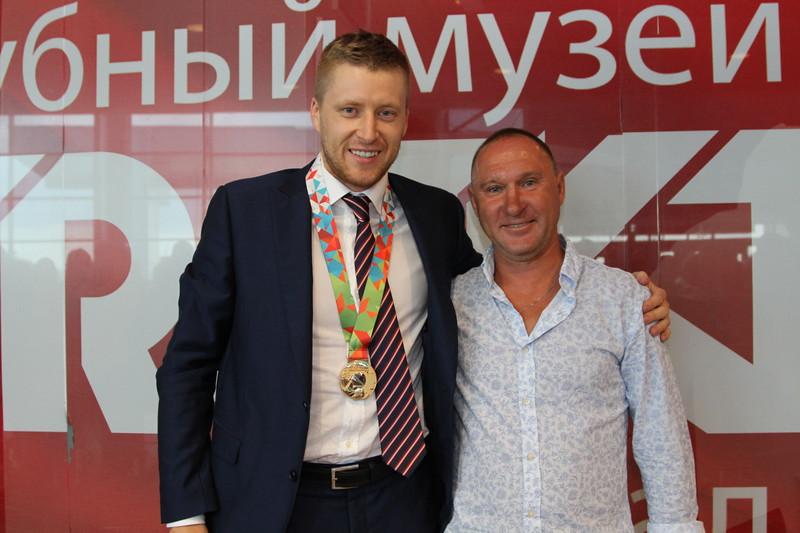 Главный тренер челябинской команды Высшей хоккейной лиги Челмет Александр Рожков получил удостоверение заслуженного тренера Российской Федерации.