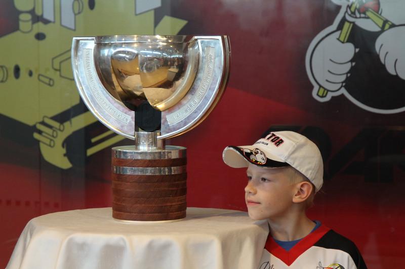 Воспитанник челябинского хоккея, ставший чемпионом мира в составе сборной России в нынешнем году, Антон Белов привез Кубок мира в Челябинск.