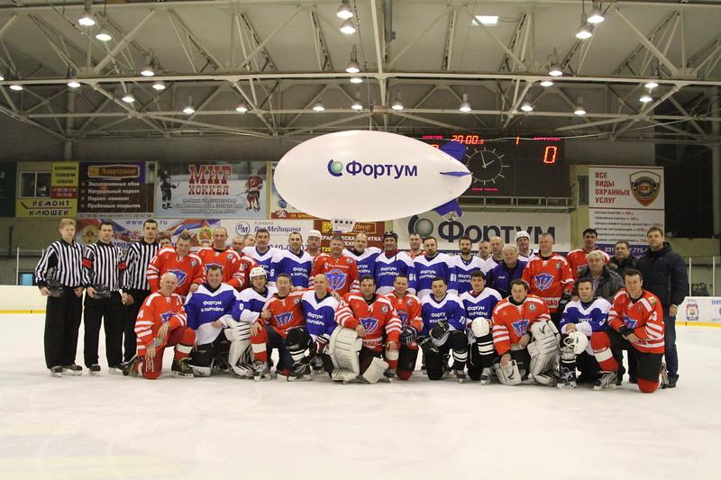 В челябинском ледовом дворце Трактор прошёл благотворительный матч в пользу команды по следж-хоккею города Челябинска.