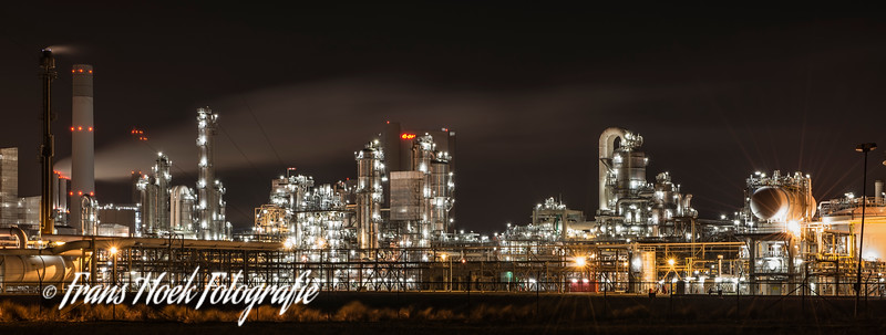Chemical Factory by night / Chemische fabriek 's nachts.
