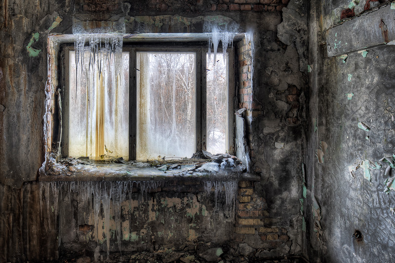 Window with teeth