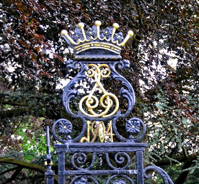Chevening House, gate decoration (1904).  22.06.2014  10678