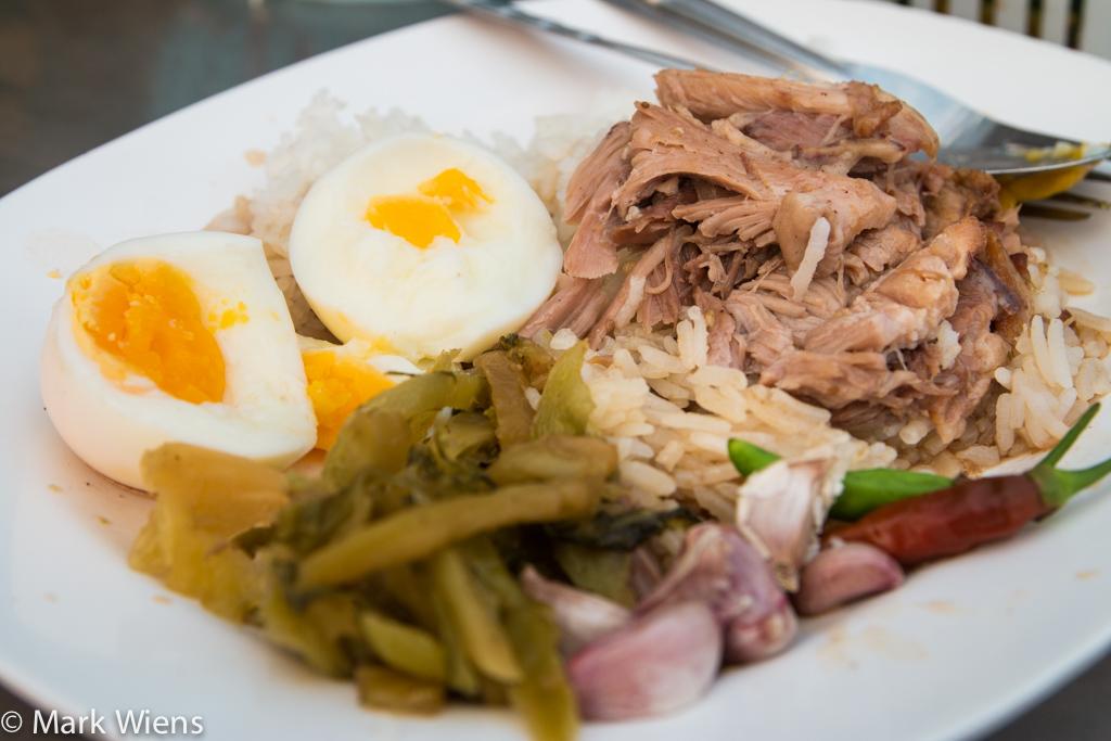 A fine plate of khao kha moo (ข้าวขาหมู)
