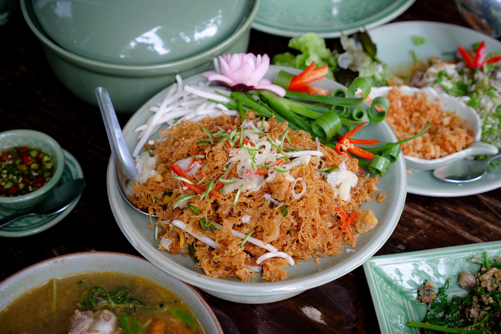 Amazing chef skills to create this fine dish of mee grawp crispy noodles fried with herbs.