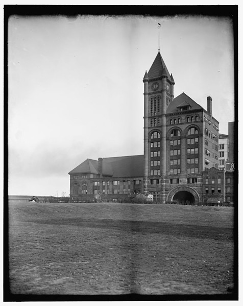 Title: [Illinois Central Railway depot, Chicago, Ill.] Related Names:    Detroit Publishing Co. , publisher Date Created/Published: [between 1900 and 1910]   http://www.loc.gov/pictures/item/det1994015811/PP/