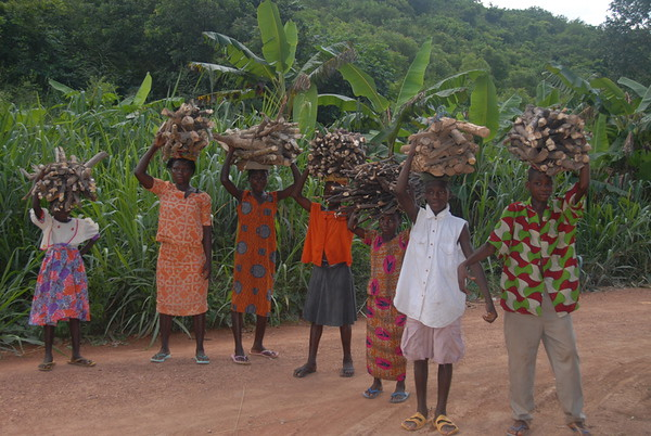 Children carrying firewood Akasombo