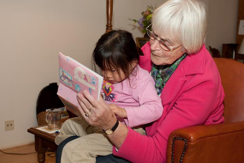 Caroline vertelt tante Ina over de foto's van haar adoptiereis in 2007.