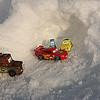 Les voici en compagnie de Flash Macqueen pour un dernier contrôle avant le départ.<br /> <br /> Tout semble en ordre. Pneux larges pour bien aborder la neige humide et collante de cet fin de journée.