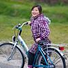 Jantine met haar nieuwe fiets, gekregen voor haar 9e verjaardag.