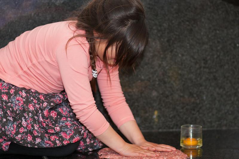 Jantine helpt met het voorbereiden van 'Oma's' gehaktballen.