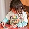Caroline puzzelt op de verjaardag van opa Pesselse