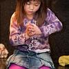 Jantine maakt sterretjes van komkommer voor de kerstmaaltijd op haar school.