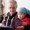 Opa Pesselse leest Dora voor aan Jantine