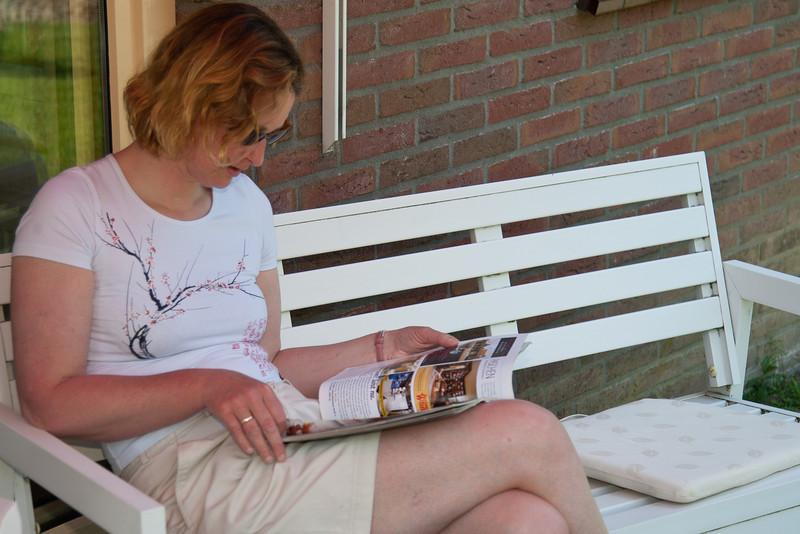Pinksterzondag in Dronten bij oma Jannie. Lezen in de schaduw.