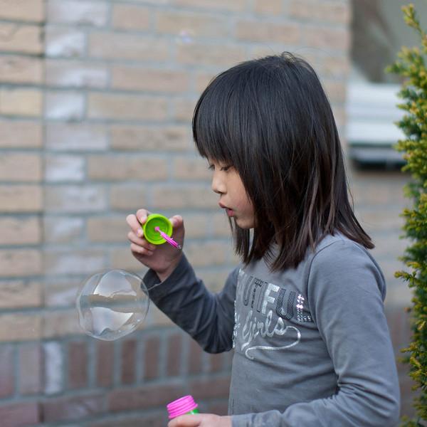 De dames bezig met bellen blazen. Zoals we het ze geleerd hebben (en lang geleden zelf geleerd heb) en met een elektrische bellenblaas... Door Jantine zelf gekocht van haar zakgeld... (3 mei 2013).