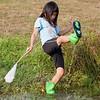 Na het eten nog even met de schepnetjes vissen in de poel. Laarzen die overlopen. Caroline heeft een - jonge - kikker gevangen.<br /> Natuurlijk na de foto weer teruggezet in de poel (6 augustus 2013).