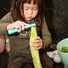 Mama helpen met de voorbereidingen voor het gourmetten