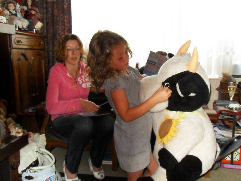 """September 2009! Bezoek van Eyuna!<br /> """"Onze Mega Mindy (Eyuna) Superheldin""""<br /> Knuffelbeest voor Eyuna, van Maintje & Swoi"""