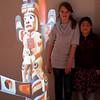 Roos en Jantine bij de projectie van de totempaal.