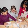 Jantine en Roos actief bij de workshop terracotta modellen maken.