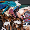 De indiaan blaast op een soort fluit.