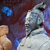Generaal van het Terracotta leger uit Xian, China. Op de achtergrond een infanterist.