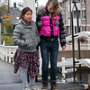 Jantine en Roos midden op de ophaalbrug, onderweg naar het museum Volkenkunde.