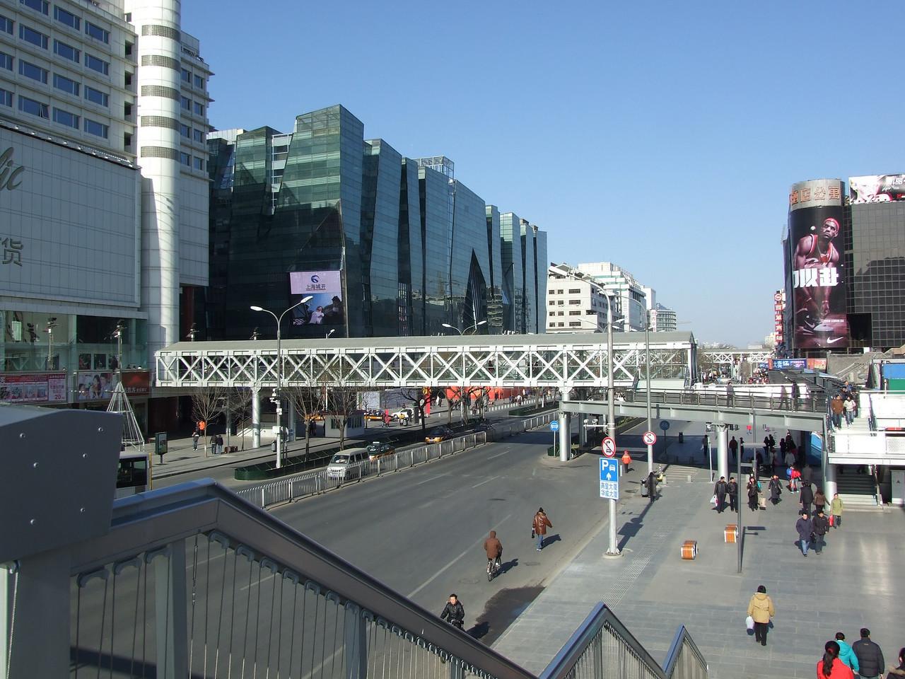Xi Dan, et ses centres commerciaux, reliés par des passerelles aériennes.