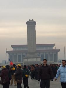 mausolée de Mao (au fond) et monument aux soldats tombés pendant la guerre contre le Japon