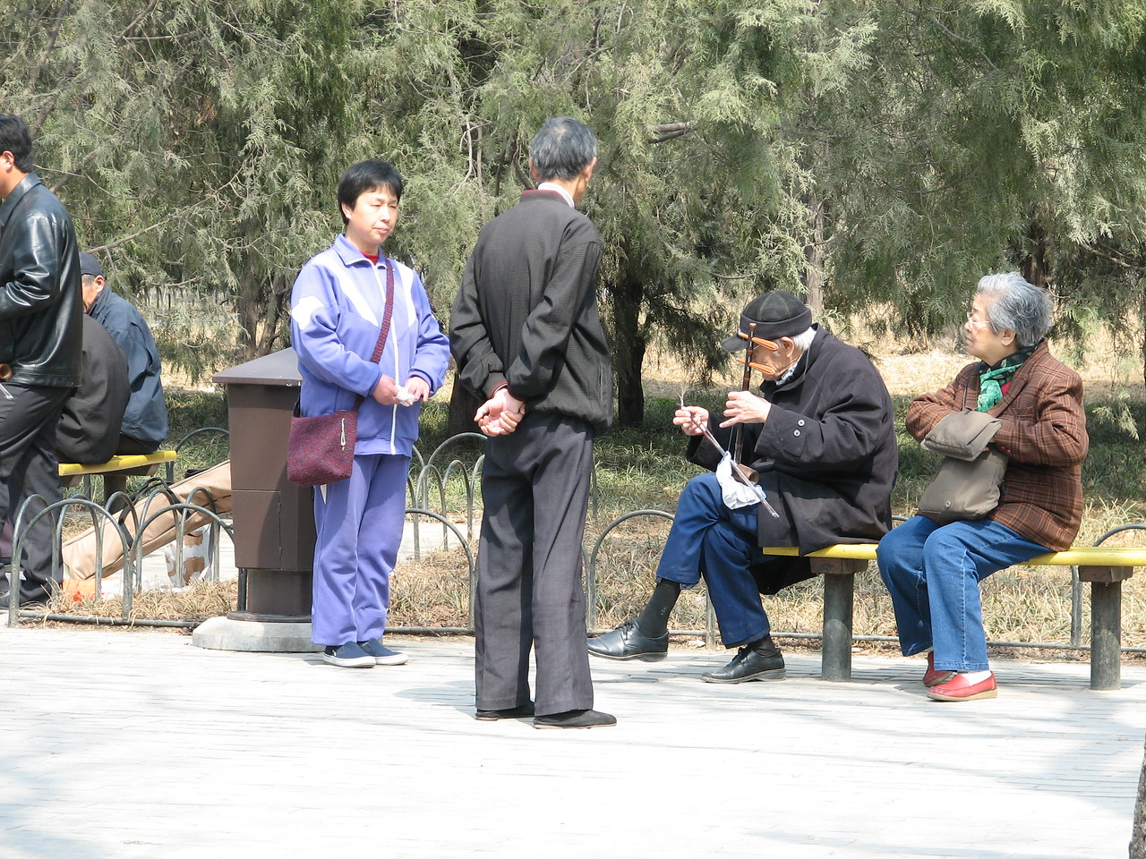 Singing with the erhu in Tian Tan Park