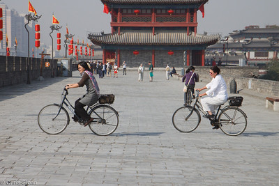 Ling Guan and Michelle Haynes bicycling the Xian City Wall at Xian, China (10-22-2009)-17