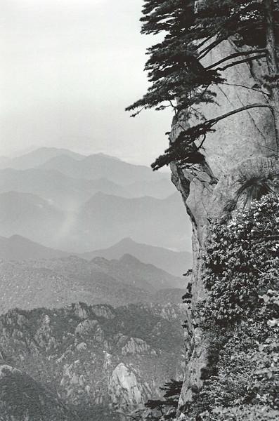 """Huangshan, walking towards the """"Flying Rock"""""""