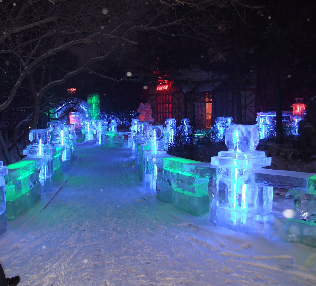 les blocs de glace sont tous éclairés de l'intérieur par des lampes de couleur