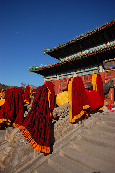 Puning Temple: Cleaning time, robes drying in the sun