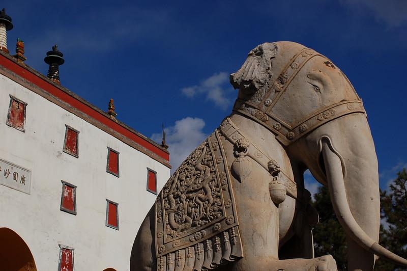 Putuozongcheng Temple: Elephants guard the gate