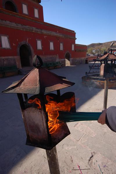 Puning Temple: Burning incense