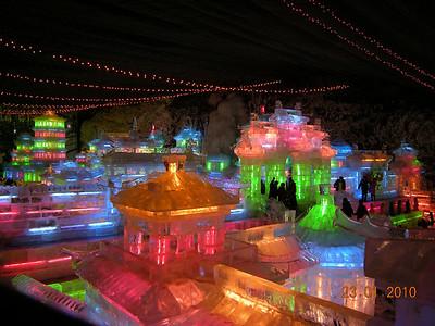 les palais tout en blocs de glace et en lumière