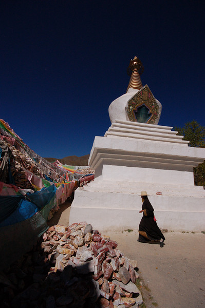 Circling the chorten at the Sengze Gyanak mani wall