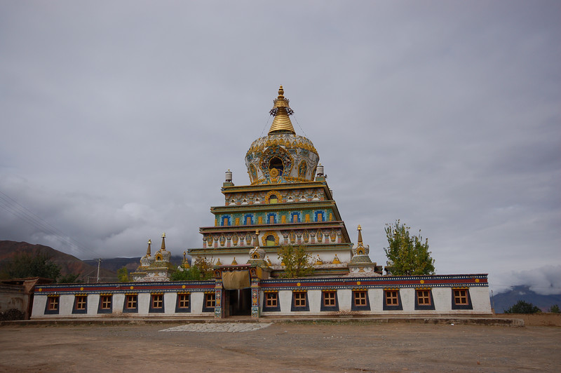 Modern chorten of the Gomar Gompa