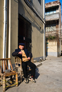 Life in old Shanghai -- warming in the sun with a smoke (90335511)