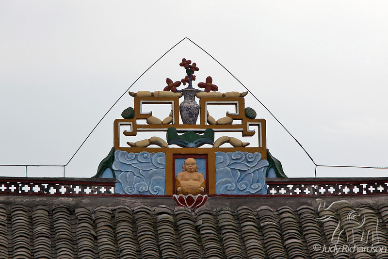 Decorations on top of roof at Shibaozhai Pagoda