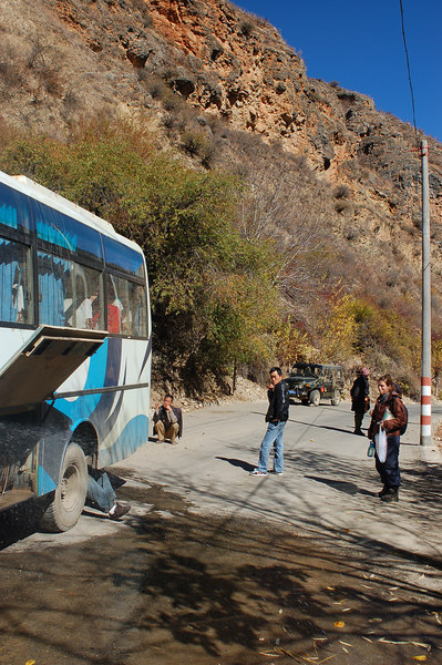 From Doacheng to Zhongdian, this was the second time the bus driver stops to fix the brakes!!!