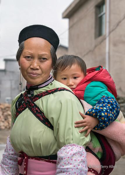 Portrait-of-a-Han-woman-and-baby,-Liuguan-Village,-Guizhou-Province,-China