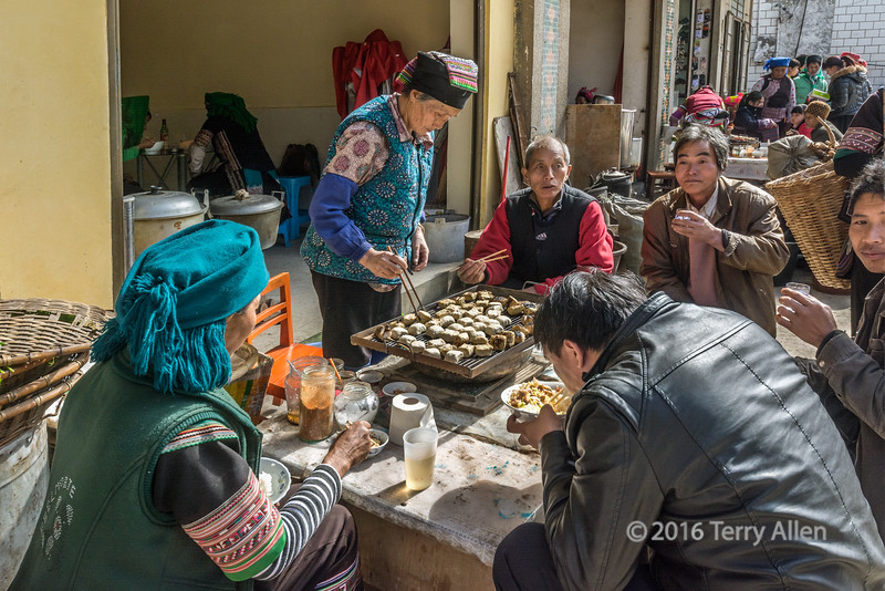 Street-food-for-lunch,-Shengcun-Market,-Yunnan-Province,-China