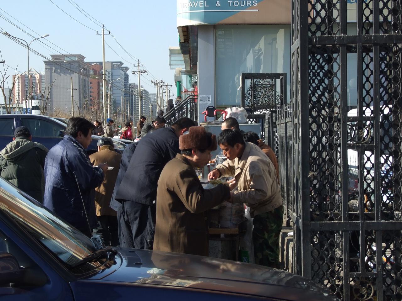 """l'heure de la soupe ... il est midi, un """"cuisinier"""" ambulant apporte aux chauffeurs de taxi leur déjeuner."""