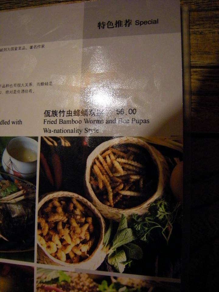 Fried bamboo worms and bee pupas - vermi del bambu e larve di vespa fritti...