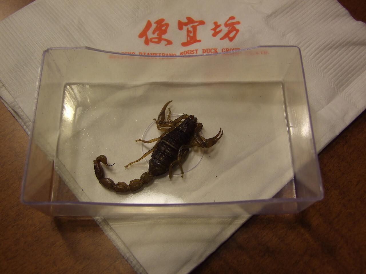 petit scorpion, inoffensif car frit. Deux de ses copains ont fini entre les dents de Carlo, lors d'un déjeuner d'affaires ...