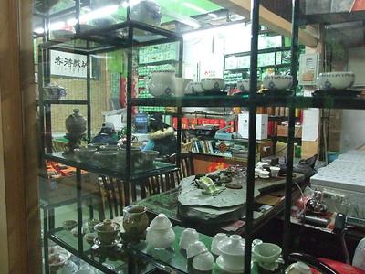 services à thé d'un stand dans un marché couvert (et les vendeurs lors de leur pause-midi)