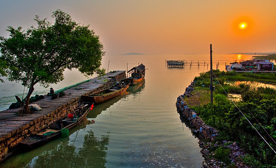 Sunset over Lake Tai, a large lake in the Yangtze Delta Plain, on the border of the Jiangsu and Zhejiang. 日落太湖。