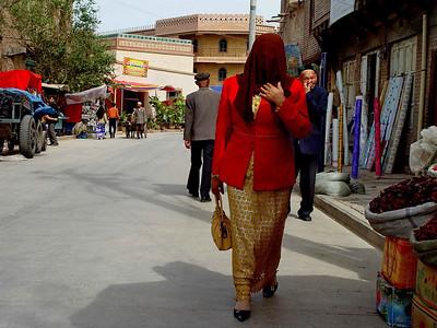 Veiled woman Kashgar street DSC01789